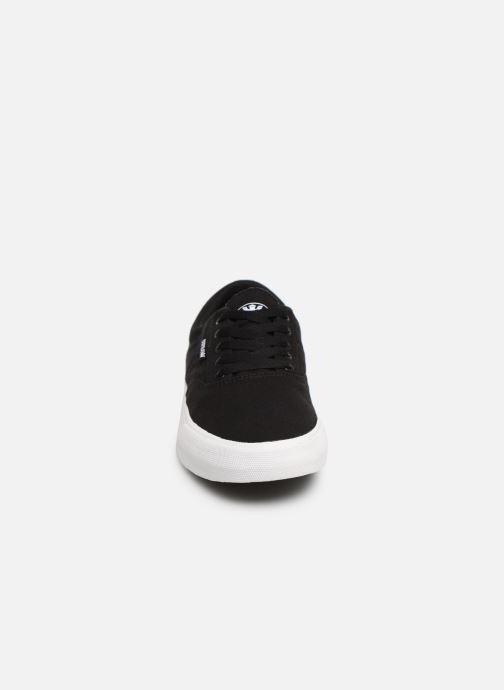 Sneakers Supra Cobalt Nero modello indossato