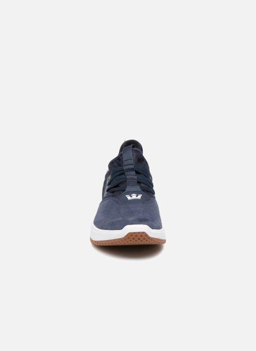 Sneakers Supra Titanium Azzurro modello indossato
