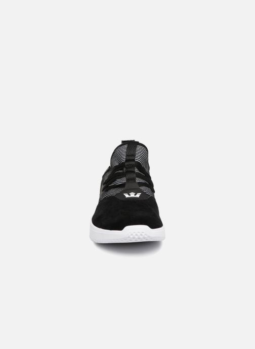 Sneakers Supra Titanium Nero modello indossato