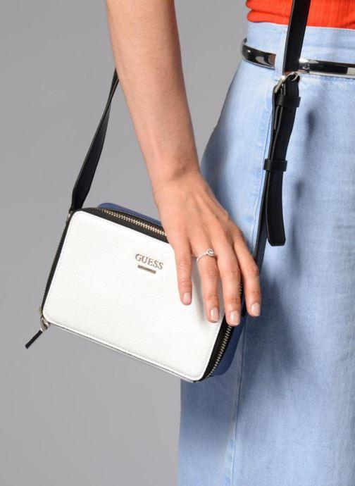 Handtaschen Guess Dania Mini Crossbody Top Zip weiß ansicht von unten / tasche getragen