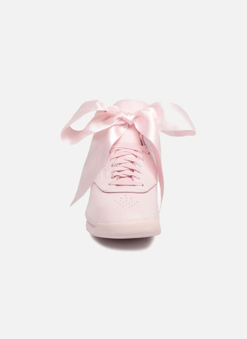 Baskets Reebok Freestyle Hi Satin Bow Rose vue portées chaussures