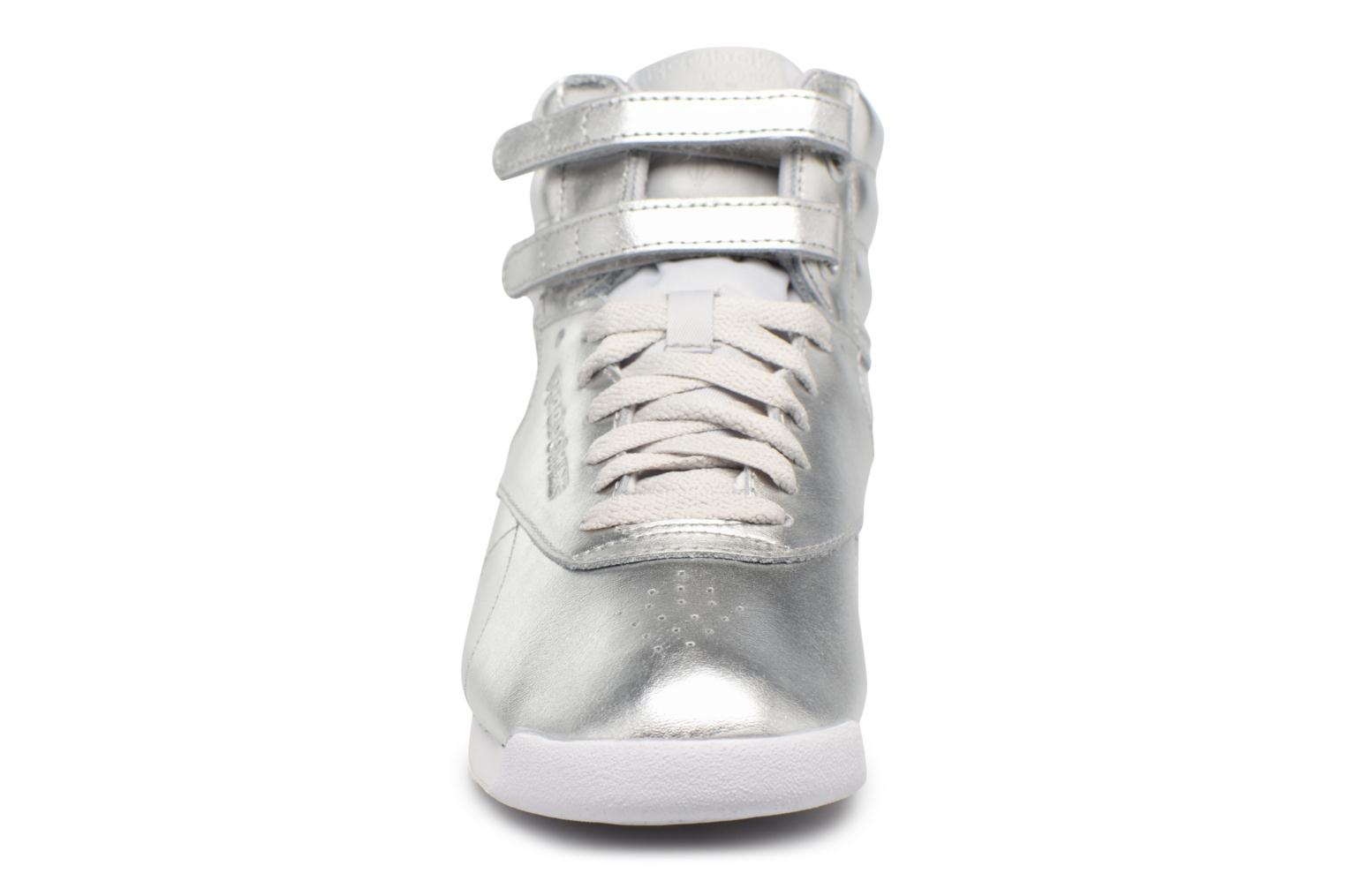 Sneakers Reebok Freestyle Hi Metallic Argento modello indossato