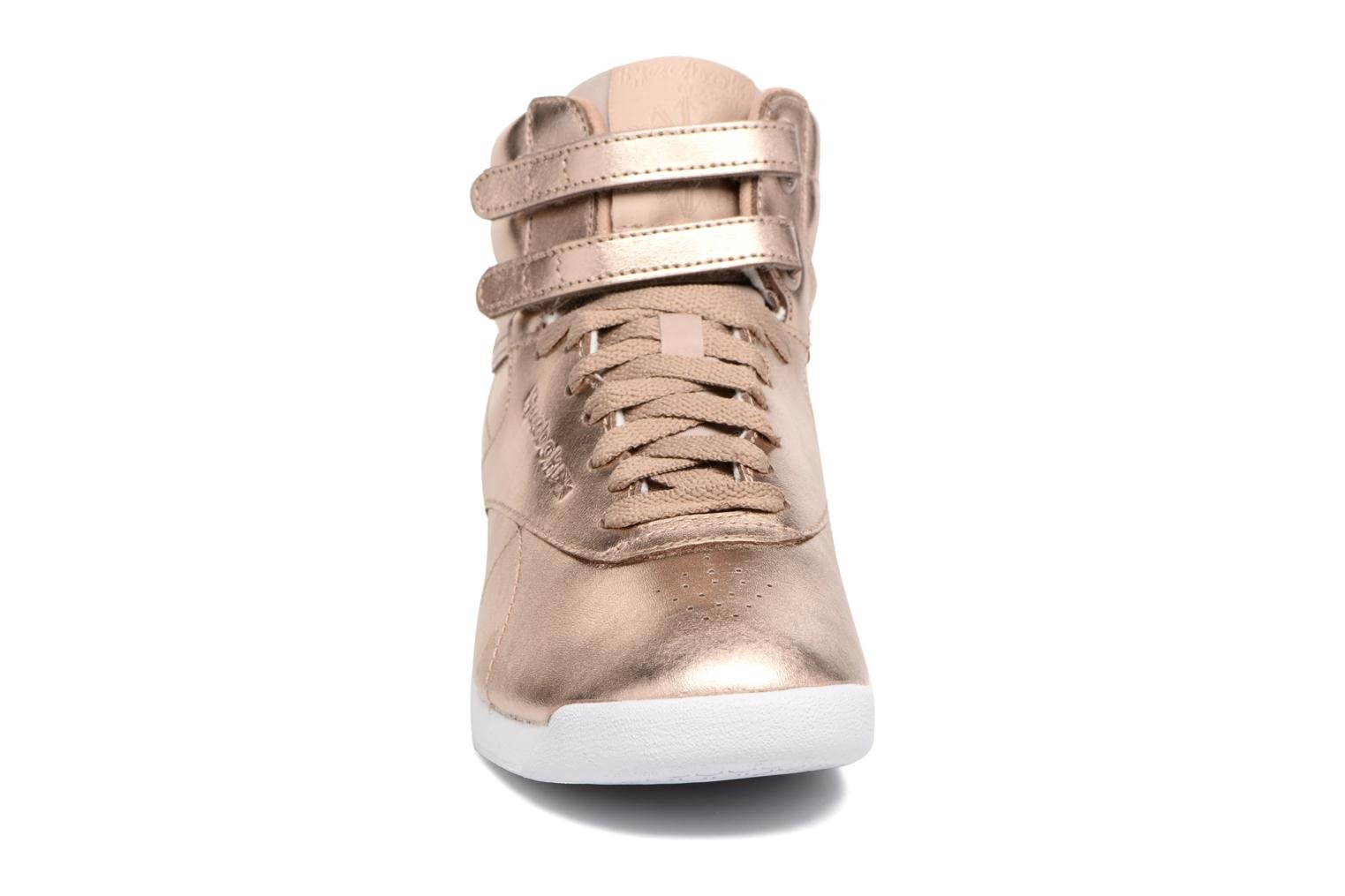 Sneakers Reebok Freestyle Hi Metallic Oro e bronzo modello indossato