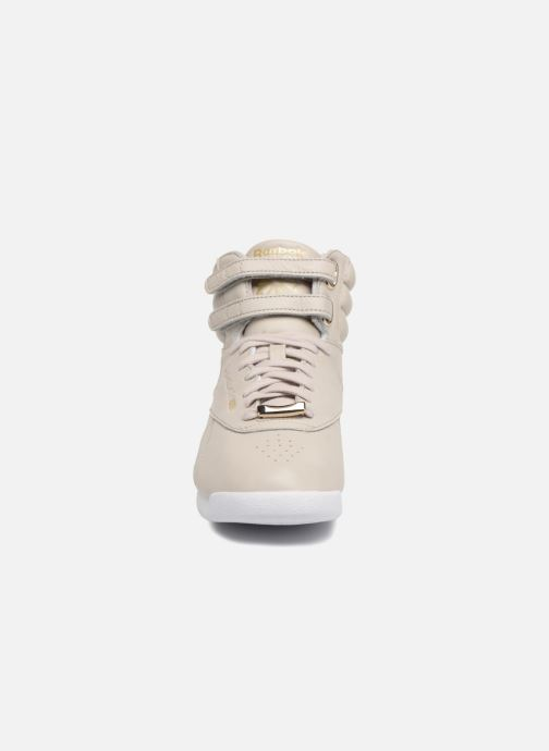 Baskets Reebok Freestyle Hi Muted Gris vue portées chaussures