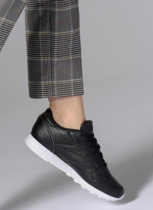 Sneaker Reebok ClassicLeather Hw schwarz ansicht von unten / tasche getragen
