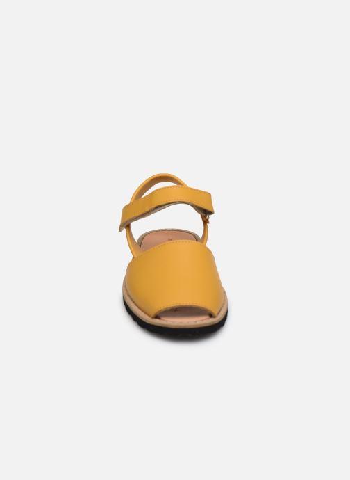 Sandalias Minorquines Avarca E Amarillo vista del modelo