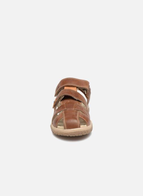 Sandaler Noël Tylero Brun se skoene på