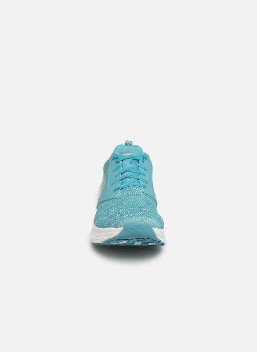 Scarpe sportive Skechers Go Run Ride 7- Azzurro modello indossato