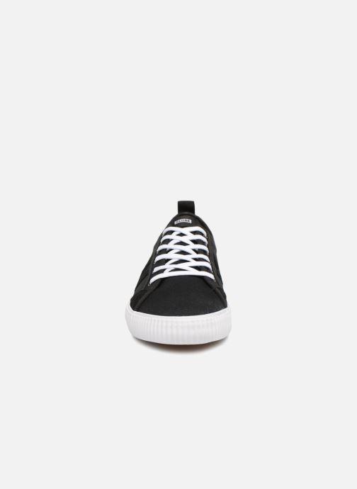 Sneakers Globe Filmore Nero modello indossato