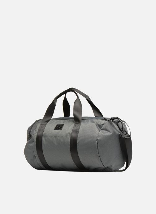 Sacs de sport Fred Perry Textured Weave Barrel Bag Gris vue portées chaussures