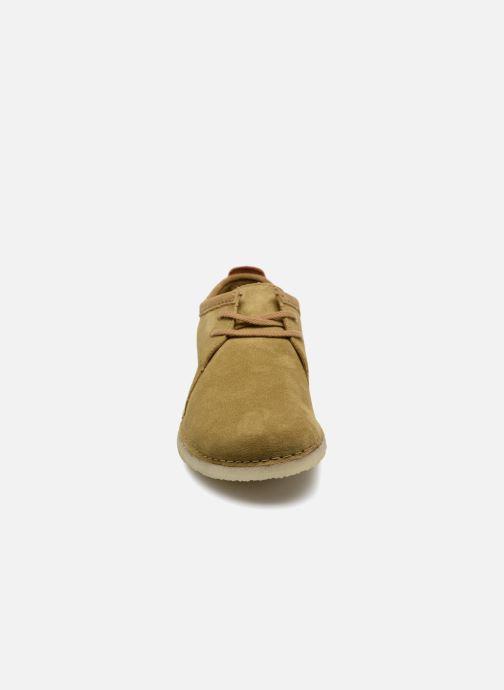 Scarpe con lacci Clarks Originals Ashton M Beige modello indossato
