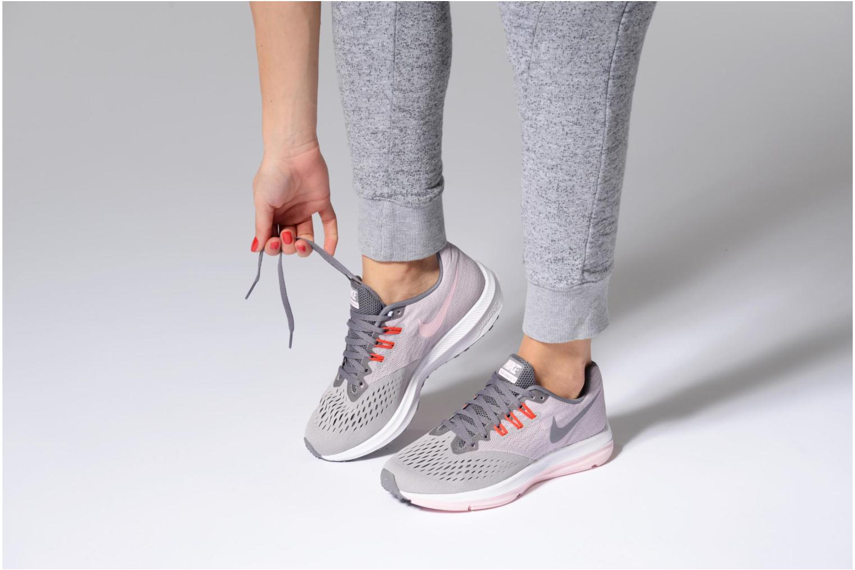 Sportschuhe Nike Wmns Nike Zoom Winflo 4 grau ansicht von unten / tasche getragen