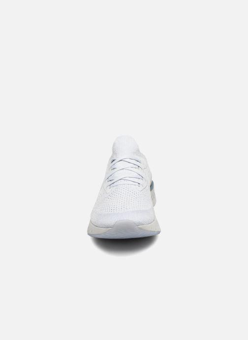Sportskor Nike Wmns Nike Epic React Flyknit Vit bild av skorna på