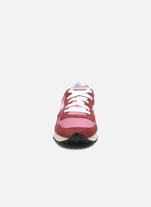 Baskets Saucony Dxn trainer  Vintage Bordeaux vue portées chaussures