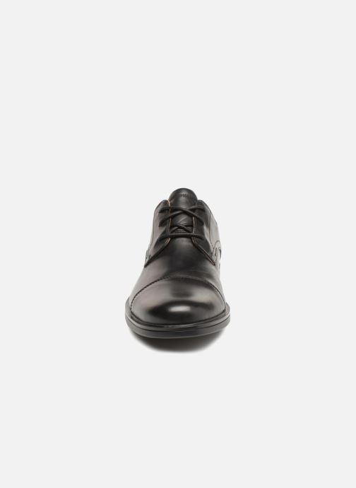 Scarpe con lacci Clarks Unstructured Un Aldric Cap Nero modello indossato