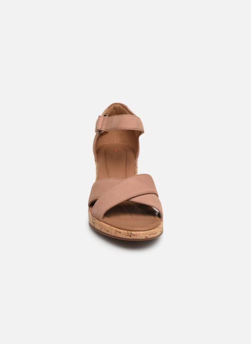 Sandali e scarpe aperte Clarks Unstructured Un Plaza Cross Rosa modello indossato