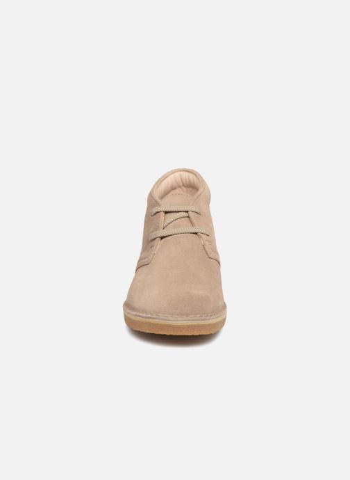 Chaussures à lacets Clarks Desert Boot K Beige vue portées chaussures