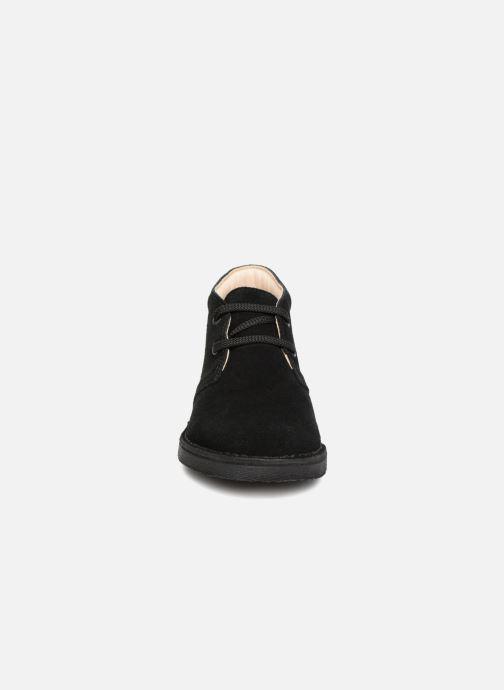 Scarpe con lacci Clarks Desert Boot K Nero modello indossato