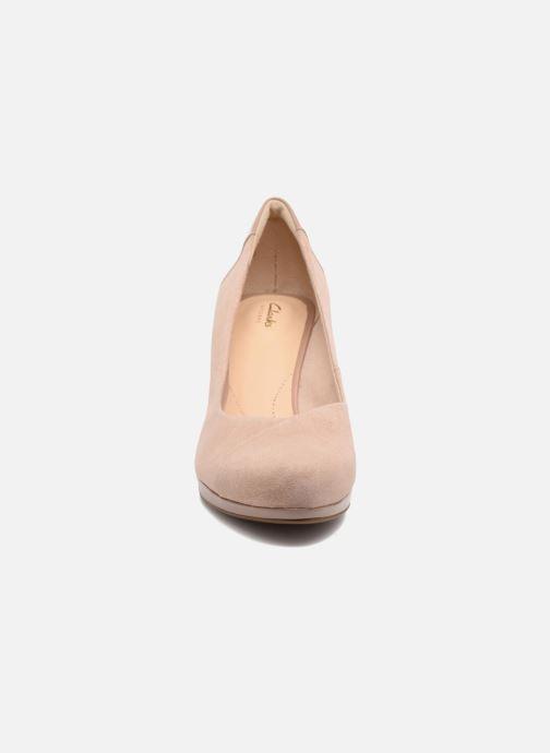 Zapatos de tacón Clarks Chorus Carol Rosa vista del modelo