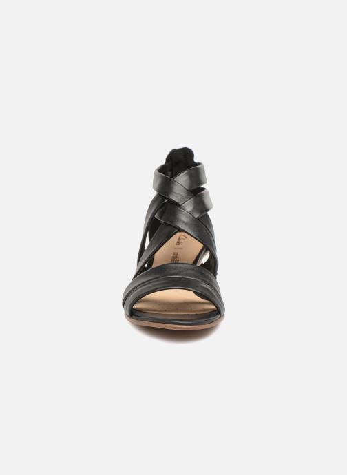 Sandales et nu-pieds Clarks Mena Silk Noir vue portées chaussures