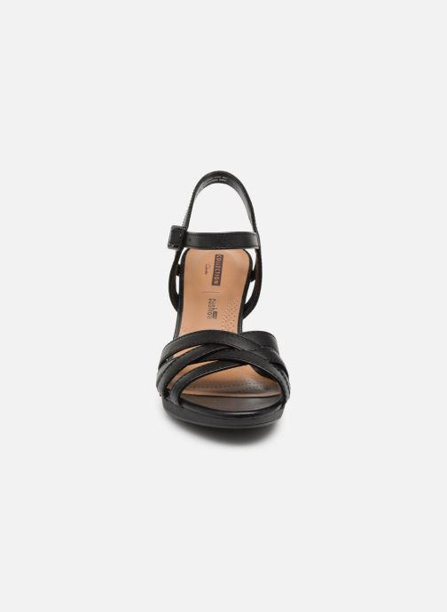 Sandales et nu-pieds Clarks Adriel wavy Noir vue portées chaussures