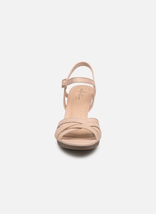 Sandales et nu-pieds Clarks Adriel wavy Rose vue portées chaussures