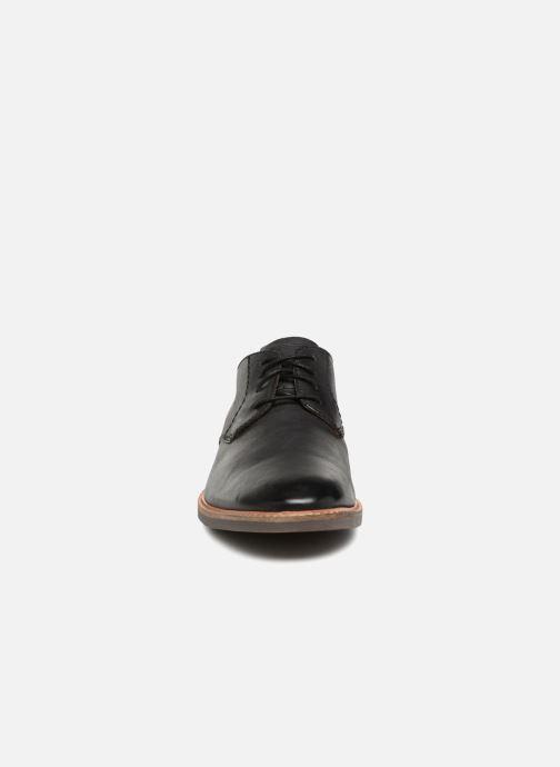 Scarpe con lacci Clarks Atticus Lace Nero modello indossato