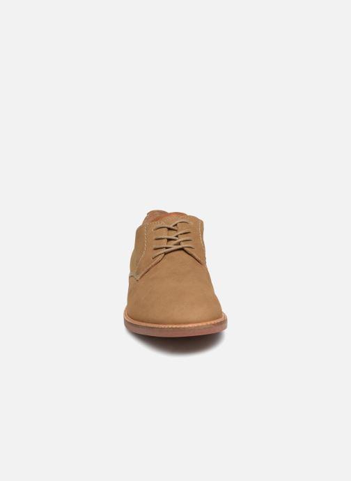Scarpe con lacci Clarks Atticus Lace Beige modello indossato