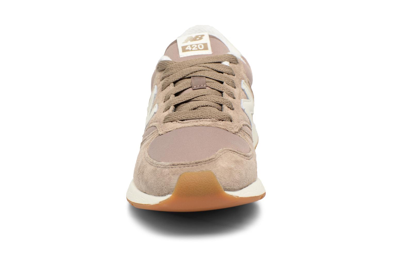 Baskets New Balance WRL420TC-B Beige vue portées chaussures