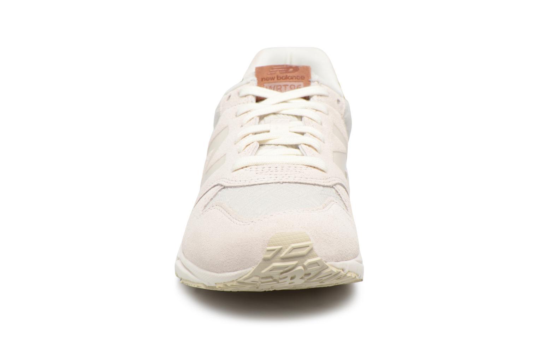 Baskets New Balance WRT96EAA-B Beige vue portées chaussures