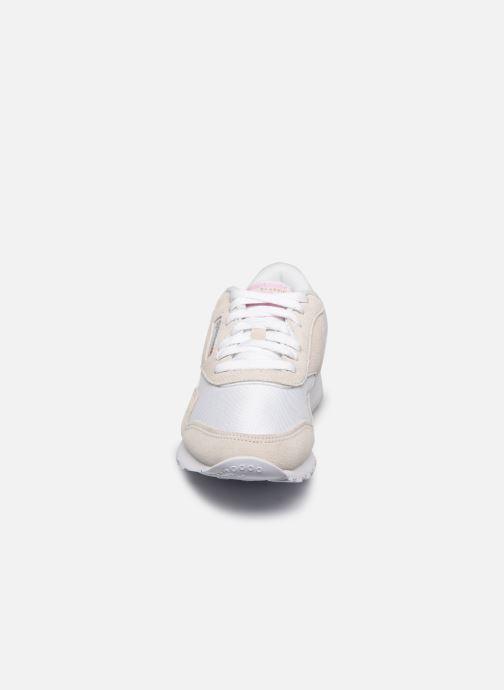 Baskets Reebok CL nylon Blanc vue portées chaussures