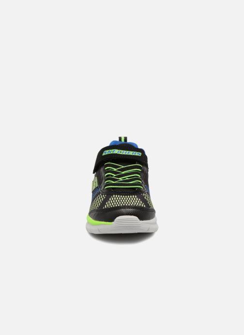 Sneakers Skechers Erupters II Lava Waves Nero modello indossato