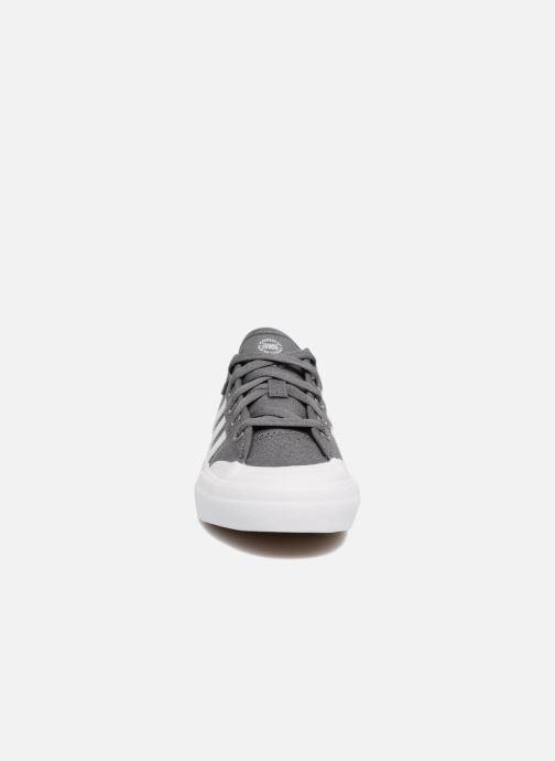 Baskets adidas originals Matchcourt J Gris vue portées chaussures