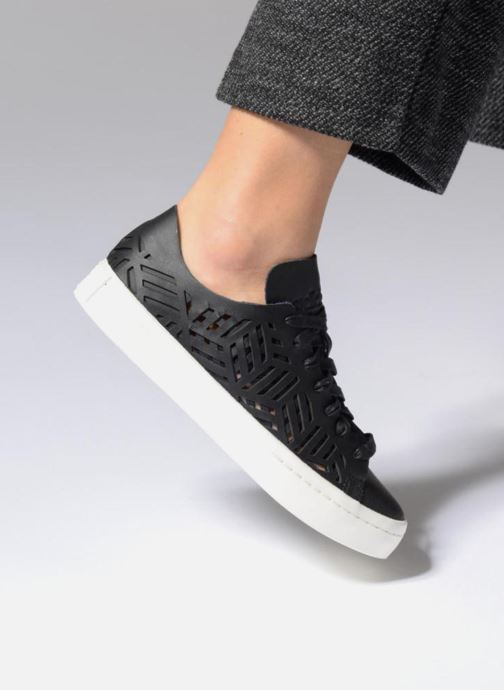 Trainers adidas originals COURTVANTAGE CUTOUT Black view from underneath / model view
