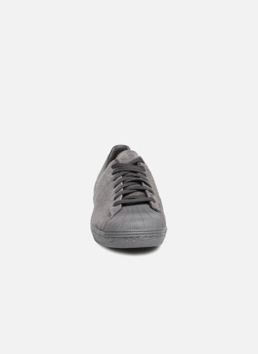 Sneakers adidas originals SUPERSTAR 80s CLEAN Grigio modello indossato
