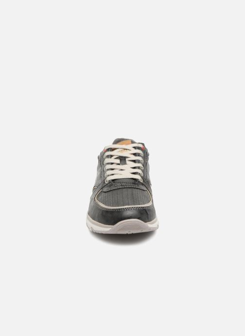 Sneakers Mustang shoes Vlois Grigio modello indossato