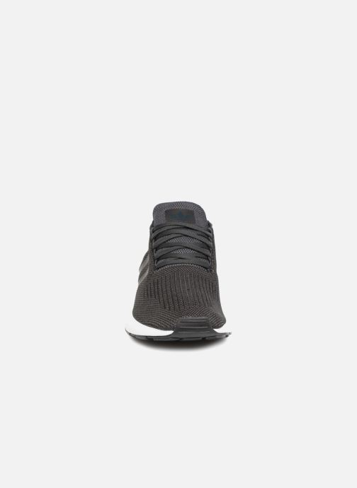 Sneakers adidas originals Swift Run Nero modello indossato