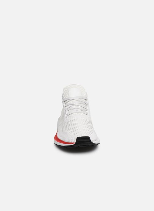 Baskets adidas originals Swift Run Blanc vue portées chaussures