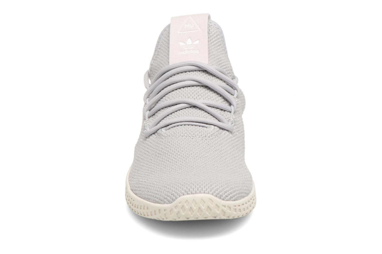 Baskets Adidas Originals Pharrel Williams Tennis Hu W Gris vue portées chaussures