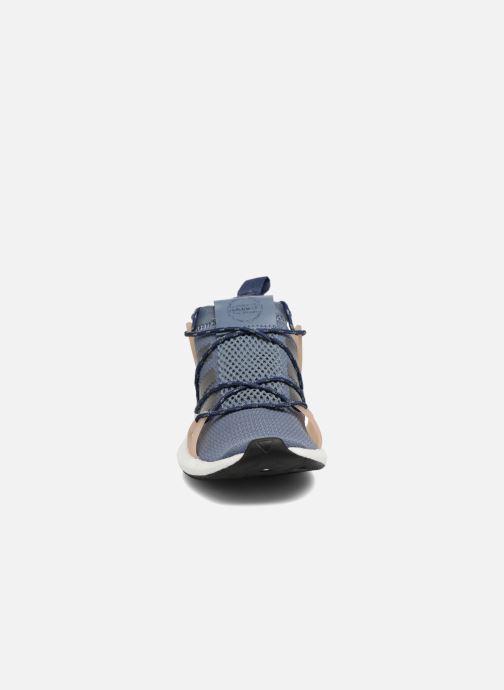 Sneakers adidas originals Arkyn W Azzurro modello indossato