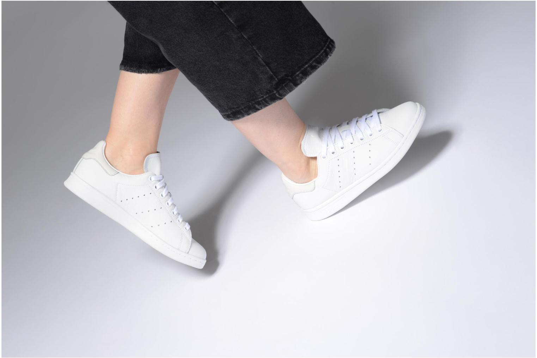 Sneaker Adidas Originals Stan Smith weiß ansicht von unten / tasche getragen