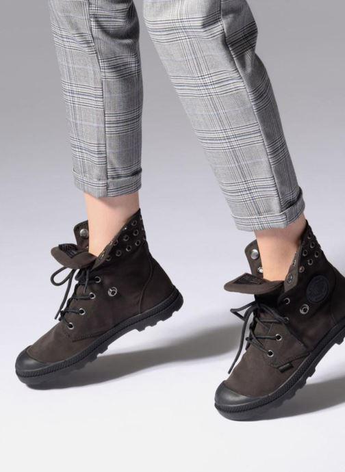 Sneaker Palladium BGY LO  LP SP W schwarz ansicht von unten / tasche getragen