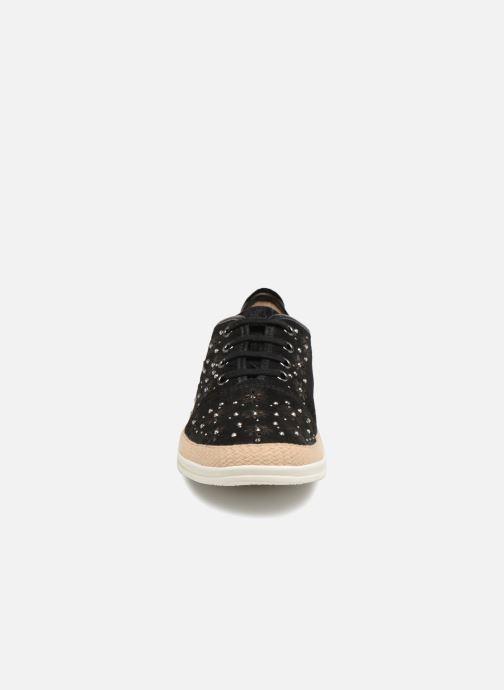 Sneakers Caprice Ludina Nero modello indossato