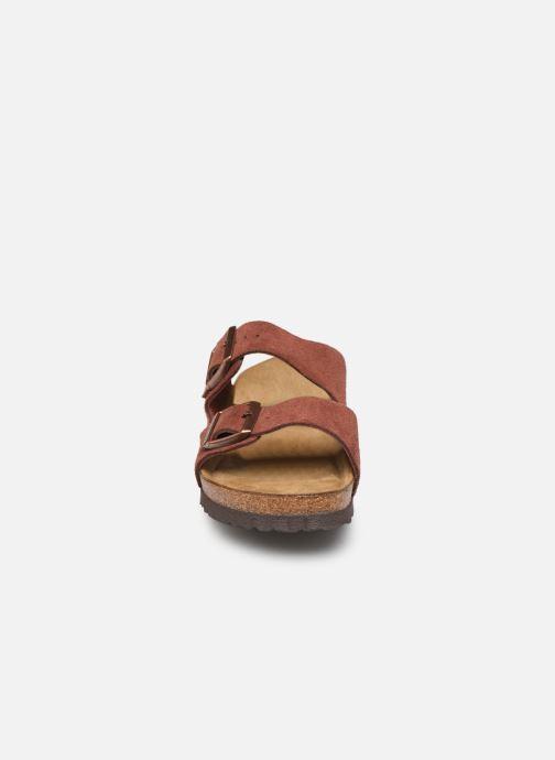 Mules et sabots Birkenstock Arizona Cuir Suede Soft Footbed W Bordeaux vue portées chaussures