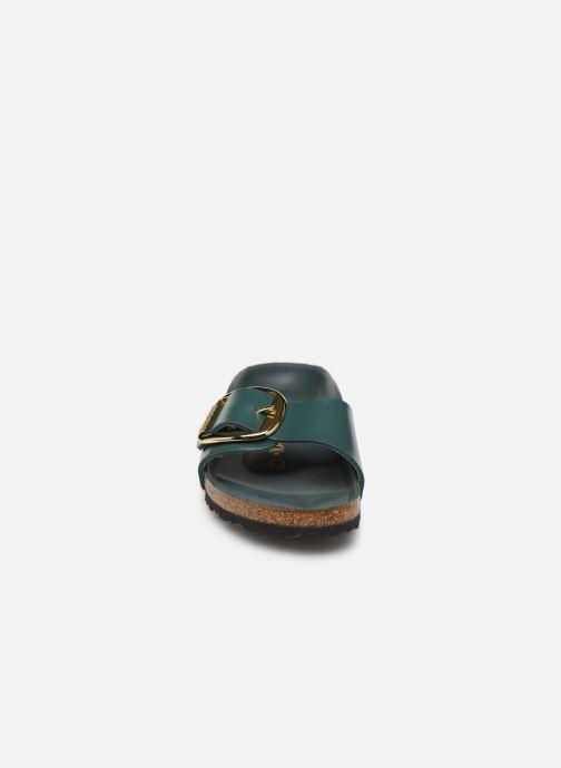 Zoccoli Birkenstock Madrid Big Buckle Verde modello indossato