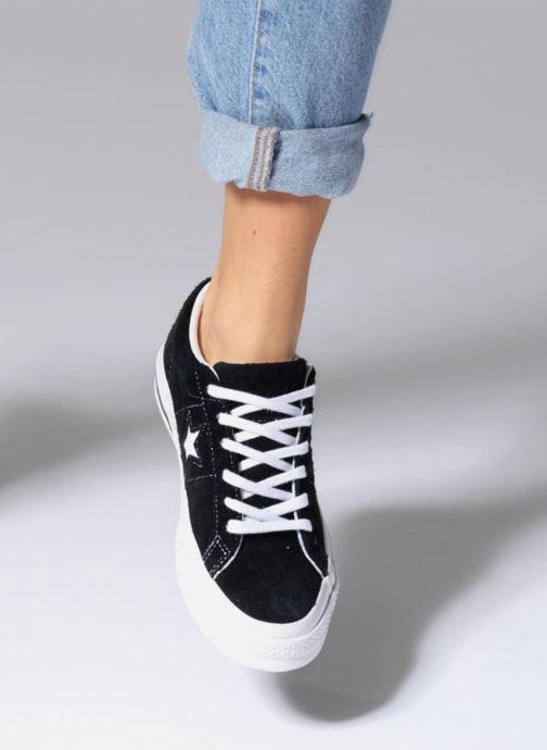 Sneaker Converse One Star OG Suede Ox W schwarz ansicht von unten / tasche getragen