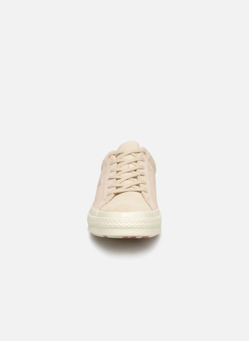 Baskets Converse One Star OG Suede Ox W Beige vue portées chaussures