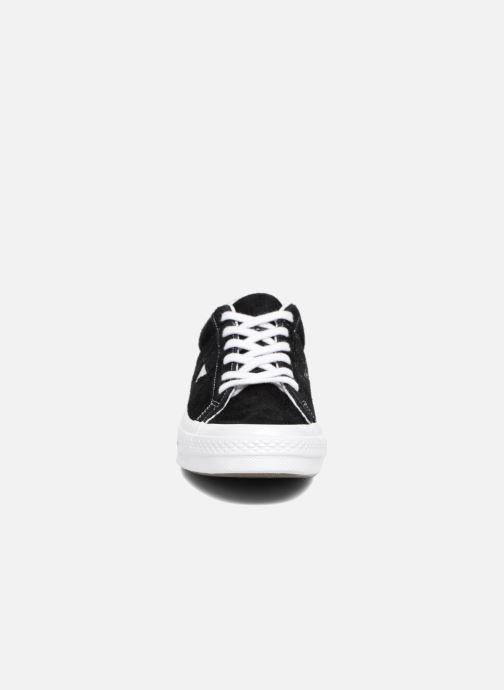 Sneakers Converse One Star OG Suede Ox Nero modello indossato