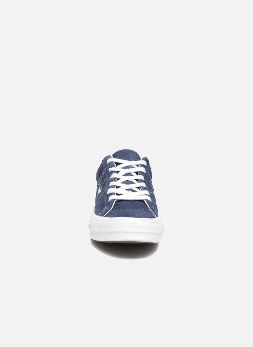 Sneakers Converse One Star OG Suede Ox Azzurro modello indossato