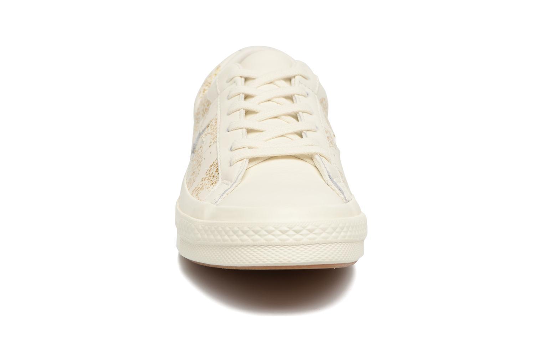 Baskets Converse One Star Converse Wordmark Ox Blanc vue portées chaussures